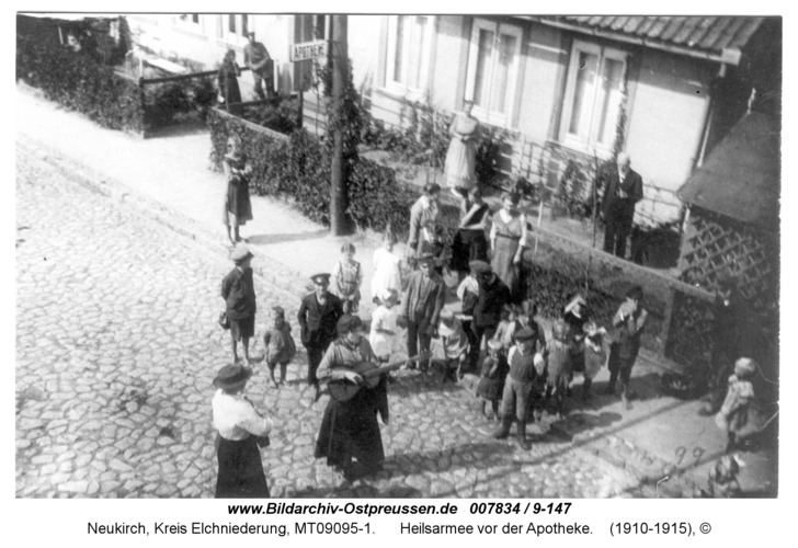 Neukirch 266, Heilsarmee vor der Apotheke
