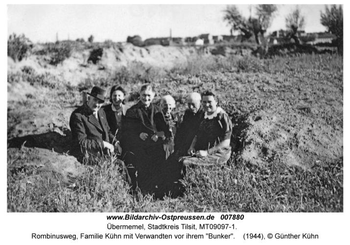 "Tilsit Übermemel, Rombinusweg, Familie Kühn mit Verwandten vor ihrem ""Bunker"""
