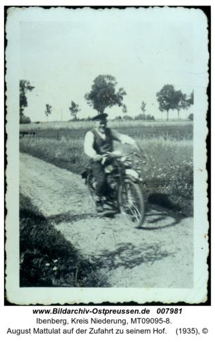 Ibenberg, August Mattulat auf der Zufahrt zu seinem Hof