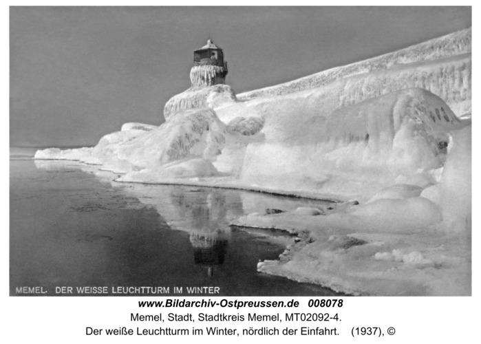 Memel, Der weiße Leuchtturm im Winter, nördlich der Einfahrt