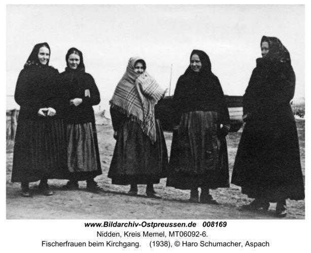 Nidden, Fischerfrauen beim Kirchgang