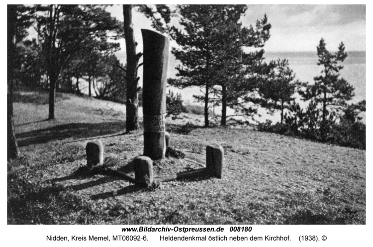 Nidden, Heldendenkmal östlich neben dem Kirchhof