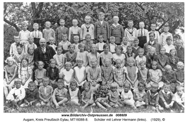 Augam, Schüler mit Lehrer Hermann (links)