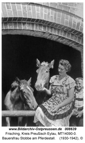 Frisching, Bauersfrau Stobbe am Pferdestall