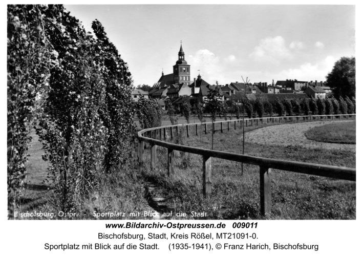 Bischofsburg, Sportplatz mit Blick auf die Stadt
