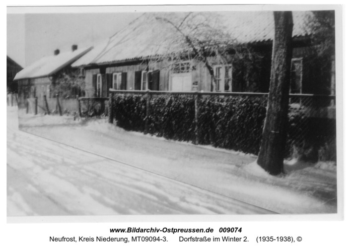 Neufrost, Dorfstraße im Winter 2