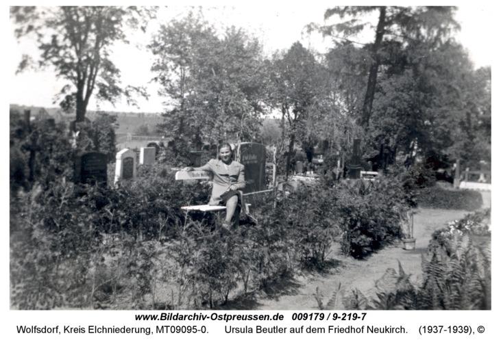 Wolfsdorf, Ursula Beutler auf dem Friedhof Neukirch