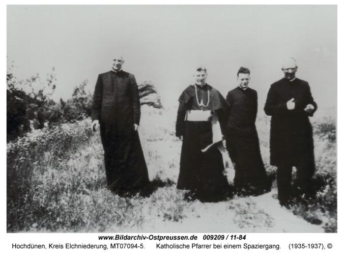 Hochdünen, Katholische Pfarrer bei einem Spaziergang