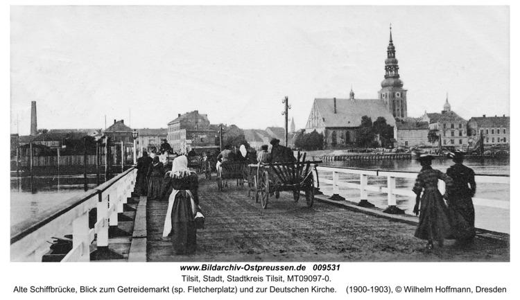 Tilsit, Alte Schiffbrücke, Blick zum Getreidemarkt (sp. Fletcherplatz) und zur Deutschen Kirche