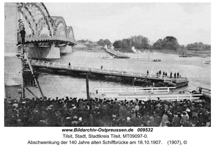 Tilsit, Abschwenkung der 140 Jahre alten Schiffbrücke am 18.10.1907