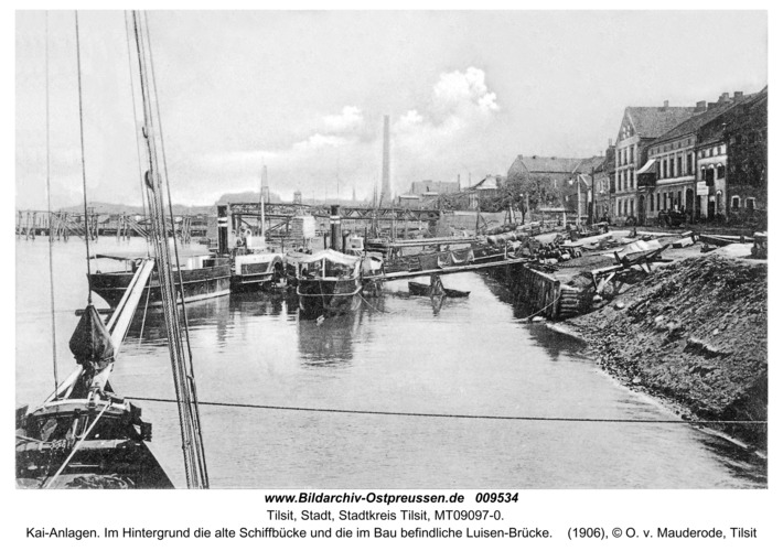 Tilsit, Kai-Anlagen. Im Hintergrund die alte Schiffbücke und die im Bau befindliche Luisen-Brücke