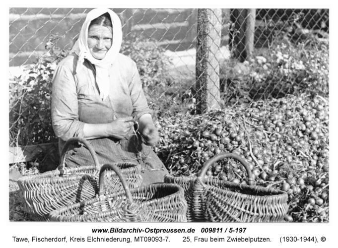 Tawe, 25, Frau beim Zwiebelputzen