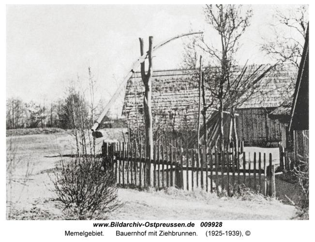 Memelgebiet, Bauernhof mit Ziehbrunnen