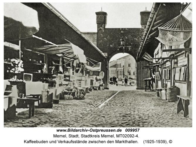 Memel, Kaffeebuden und Verkaufsstände zwischen den Markthallen
