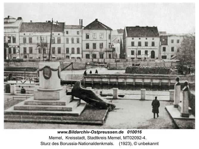 Memel, Sturz des Borussia-Nationaldenkmals
