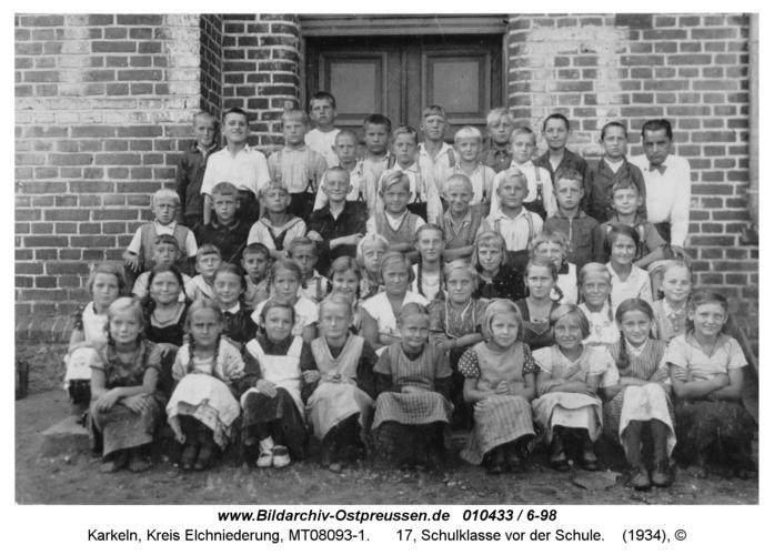 Karkeln, 17, Schulklasse vor der Schule