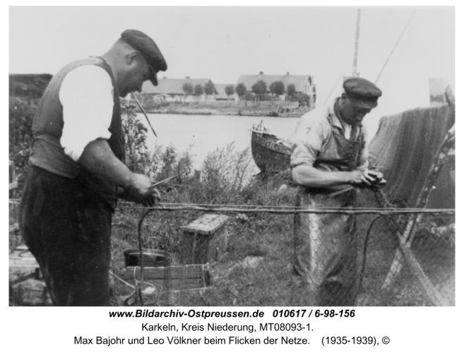 Karkeln, Max Bajohr und Leo Völkner beim Flicken der Netze