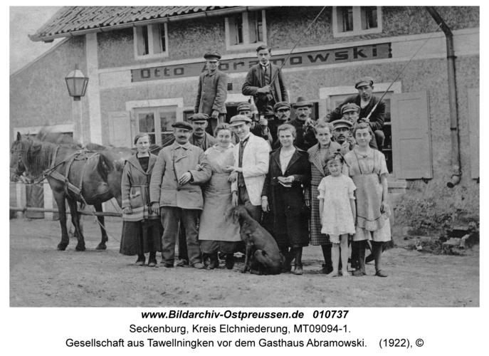 Seckenburg, Gesellschaft aus Tawellningken vor dem Gasthaus Abramowski