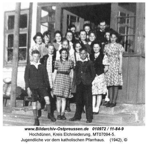Hochdünen, Jugendliche vor dem katholischen Pfarrhaus