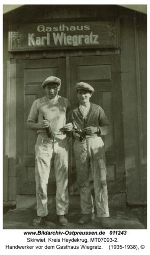 Skirwiet, Handwerker vor dem Gasthaus Wiegratz