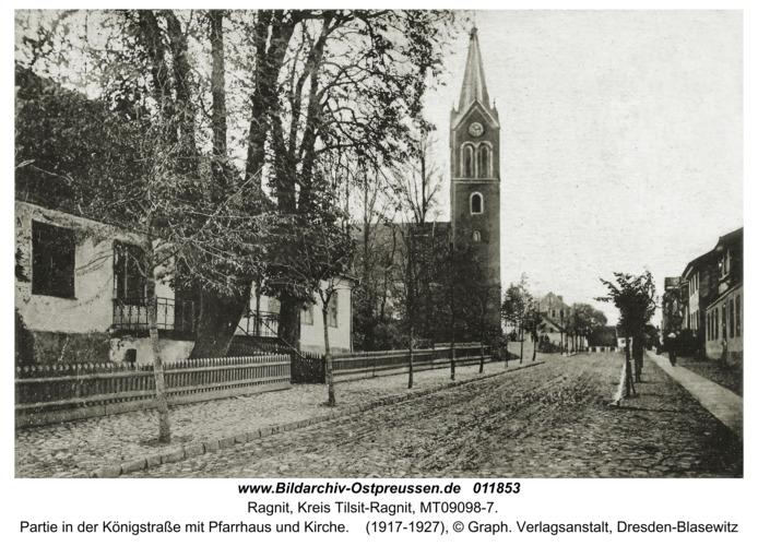 Ragnit, Partie in der Königstraße mit Pfarrhaus und Kirche