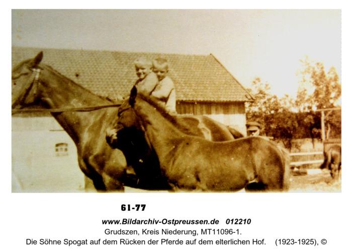 Grudszen, die Söhne Spogat auf dem Rücken der Pferde auf dem elterlichen Hof