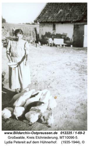Großwalde, Lydia Petereit auf dem Hühnerhof