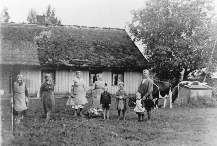 Kischen, Familie Gallein vor ihrem Wohnhaus