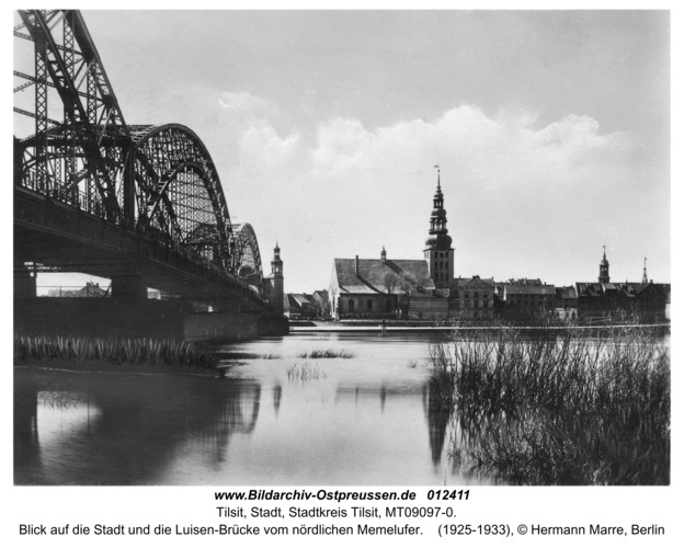 Tilsit, Blick auf die Stadt und die Luisen-Brücke vom nördlichen Memelufer