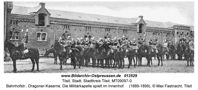 Tilsit, Bahnhofstr., Dragoner-Kaserne, Die Militärkapelle spielt im Innenhof