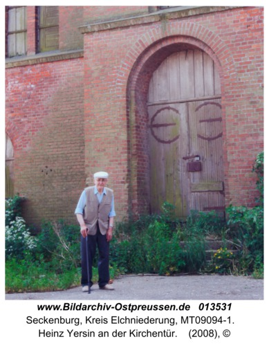Seckenburg, Heinz Yersin an der Kirchentür