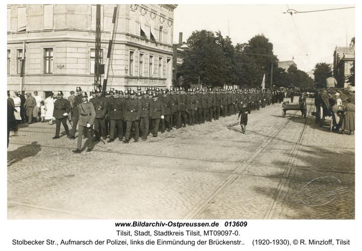 Tilsit, Stolbecker Str., Aufmarsch der Polizei, links die Einmündung der Brückenstr.