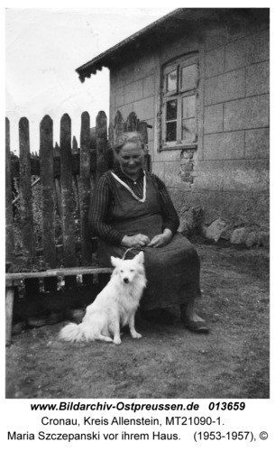 Cronau, Maria Szczepanski vor ihrem Haus