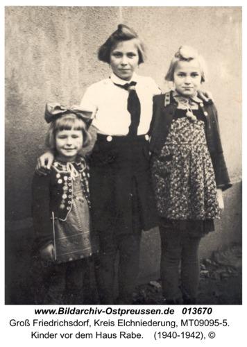 Groß Friedrichsdorf, Kinder vor dem Haus Rabe