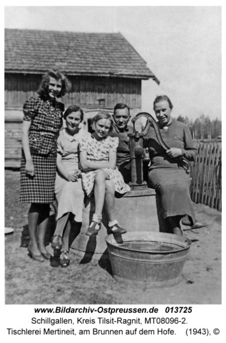 Schillgallen Kr. Tilsit-Ragnit, Tischlerei Mertineit, am Brunnen auf dem Hofe