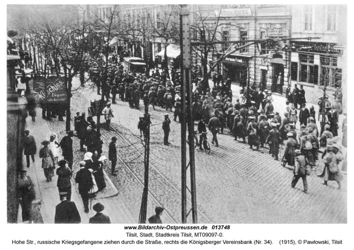 Tilsit, Hohe Str., russische Kriegsgefangene ziehen durch die Straße, rechts die Königsberger Vereinsbank (Nr. 34)