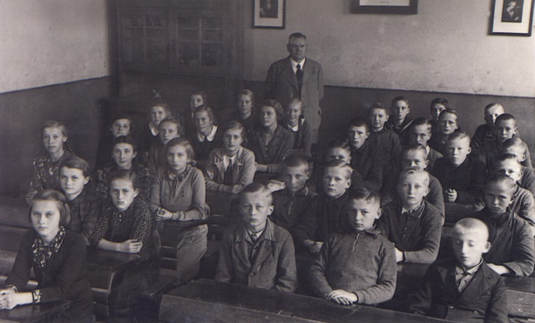 Mensguth, 8.Schulklasse 1938 mit Rektor Mauritz