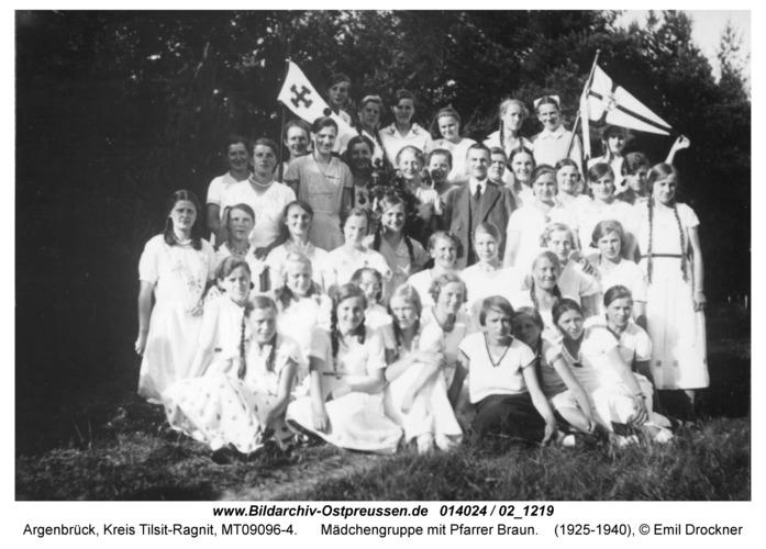 Argenbrück, Mädchengruppe mit Pfarrer Braun
