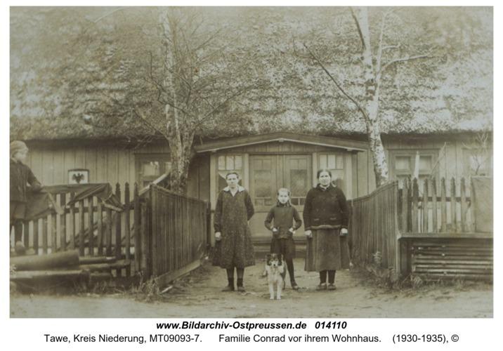 Tawe, Familie Conrad vor ihrem Wohnhaus