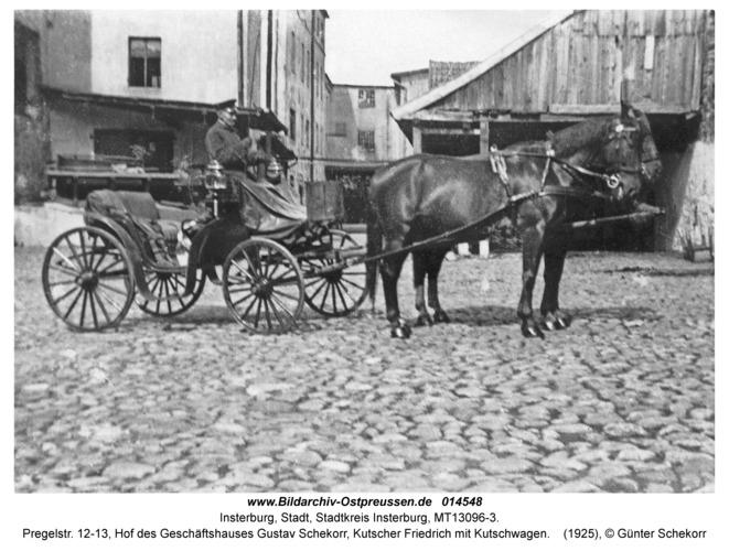 Insterburg, Pregelstr. 12-13, Hof des Geschäftshauses Gustav Schekorr, Kutscher Friedrich mit Kutschwagen