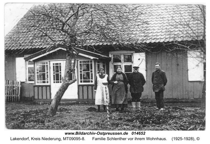 Lakendorf, Familie Schlenther vor ihrem Wohnhaus
