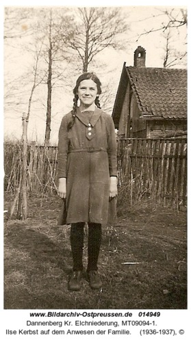 Dannenberg, Ilse Kerbst auf dem Anwesen der Familie