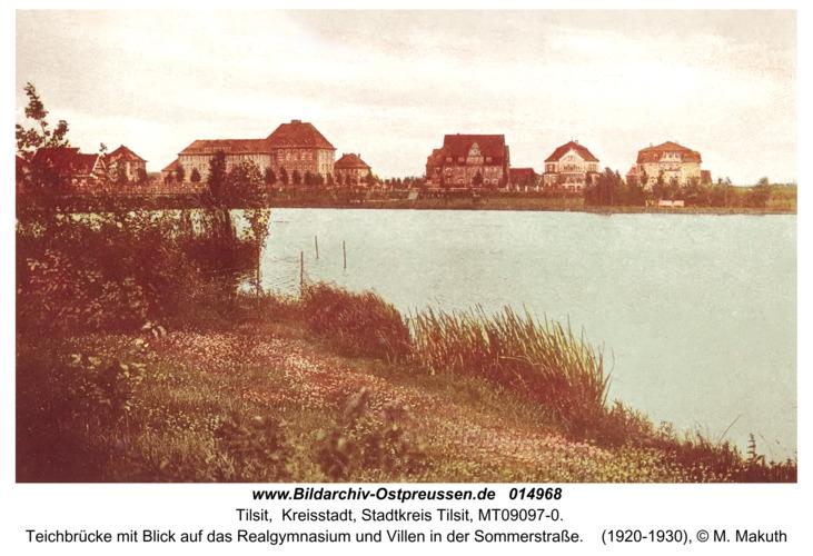 Tilsit, Teichbrücke mit Blick auf das Realgymnasium und Villen in der Sommerstr.