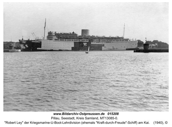 """Pillau, """"Robert Ley"""" der Kriegsmarine-U-Boot-Lehrdivision (ehemals """"Kraft-durch-Freude""""-Schiff) am Kai"""
