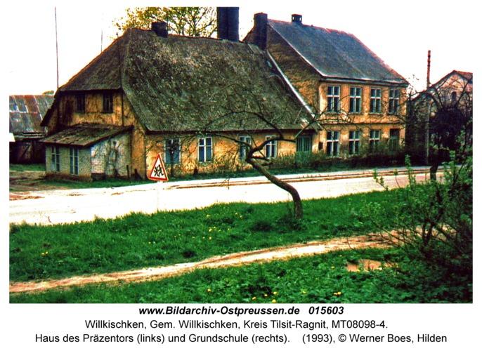 Willkischken, Haus des Präzentors (links) und Grundschule (rechts)