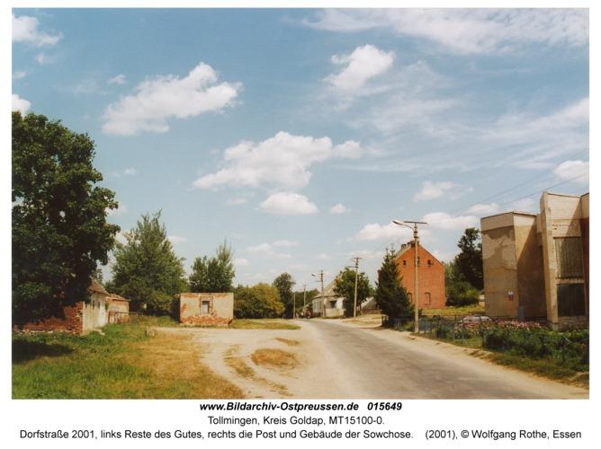 Tollmingen, Dorfstraße 2001, links Reste des Gutes, rechts die Post und Gebäude der Sowchose