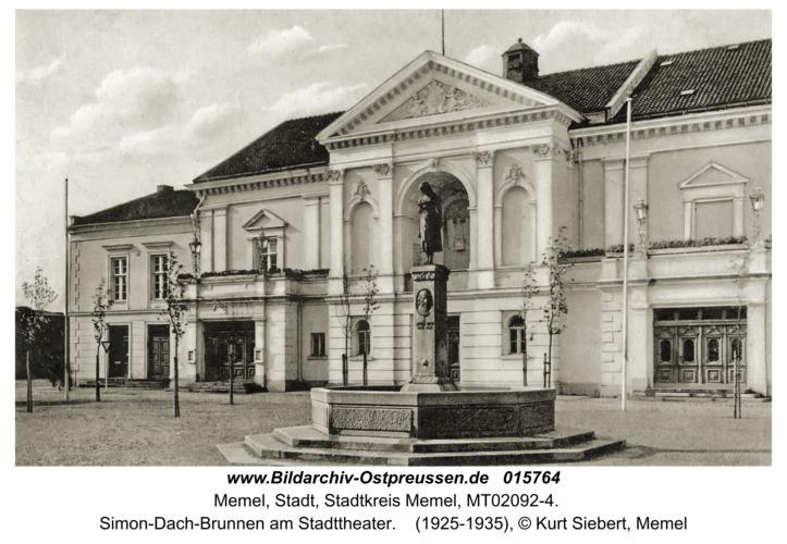 Memel, Simon-Dach-Brunnen am Stadttheater