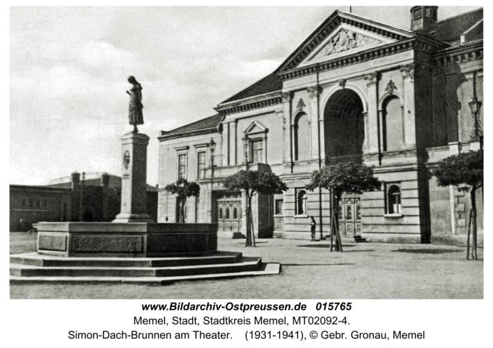 Memel, Simon-Dach-Brunnen am Theater