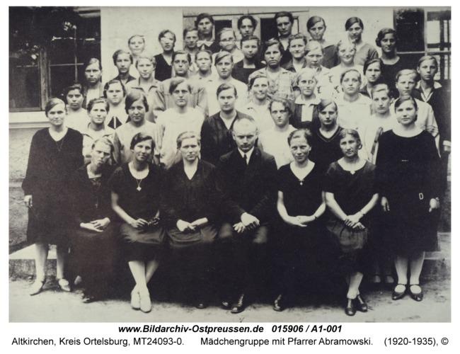 Altkirchen, Mädchengruppe mit Pfarrer Abramowski
