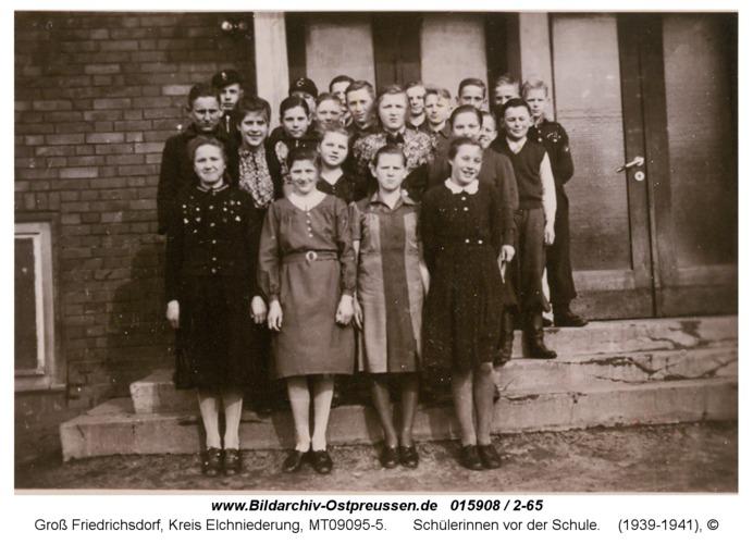 Groß Friedrichsdorf, Schülerinnen vor der Schule